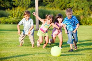 Bambini che giocano all'aperto.