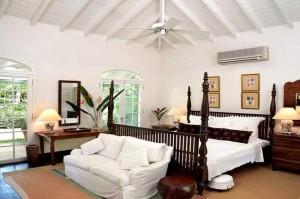 Camera da letto arredata in stile coloniale.