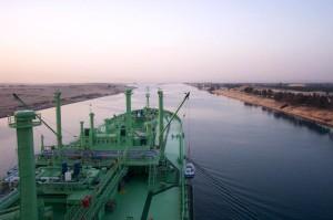 Passaggio di una nave nel Canale di Suez.