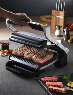 Bistecche e carne come in un barbeque ma cotte in casa sulla griglia elettrica.