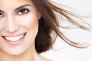 Un sorriso perfetto con i denti bianchi.