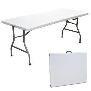 Tavolo pieghevole in resina per campeggio o casa.